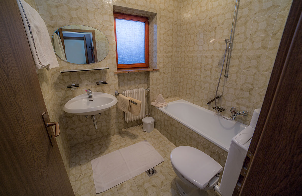 Comfortable single and double bedrooms with breakfast service at ...